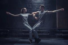 Behagfulla unga dansare som tillsammans poserar Royaltyfri Foto