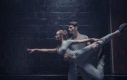 Behagfulla unga dansare som tillsammans poserar Arkivbild