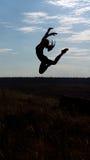 Behagfullt acrobatic hoppa för kvinna royaltyfri bild