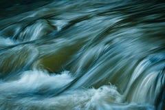 Behagfullt flodflöde av floden arkivbild
