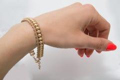 Behagfullt guld- armband fotografering för bildbyråer