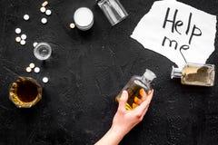 Behandel alcoholafhankelijkheid De woorden helpen me dichtbij glazen, kopiëren de flessen en de pillen op zwarte hoogste mening a Stock Afbeelding