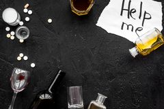 Behandel alcoholafhankelijkheid De woorden helpen me dichtbij glazen, kopiëren de flessen en de pillen op zwarte hoogste mening a Royalty-vrije Stock Fotografie