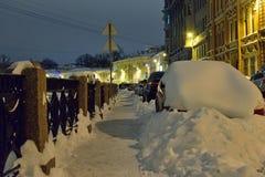 Behandeld met sneeuw de auto's op de dijk van de rivier Moika Royalty-vrije Stock Afbeeldingen