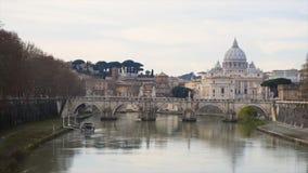 Behandelde brug op een rivier met een kerk op de achtergrond voorraad Europees stadslandschap met rivier, brug en kerk stock foto's