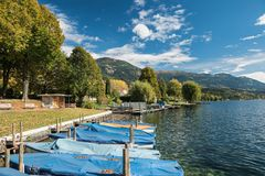 Behandelde die boten in de jachthaven van het Millstaetter-meer worden vastgelegd Seeboden, Oostenrijk stock fotografie