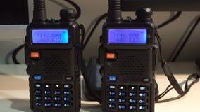 behandelde draagbare walkie-talkie radiozender die en in dark werken opvlammen stock footage