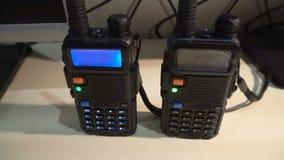 behandelde draagbare walkie-talkie radiozender die en in dark werken opvlammen stock videobeelden