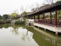 Behandelde gang in klassieke Chinese tuin met vijver Royalty-vrije Stock Foto