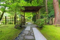 Behandelde Poort bij Japanse Tuin Stock Foto