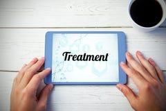 Behandeling tegen persoon die tabletcomputer met behulp van Stock Afbeeldingen