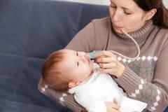 Behandeling van de verkoudheid in baby stock fotografie