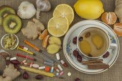 Behandeling van griep en koude Traditionele geneeskunde en moderne behandelingsmethodes Binnenlandse behandeling van de ziekte Stock Afbeeldingen
