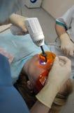 Behandeling van patiënten in stomatologische kliniek. stock afbeelding