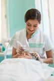 Behandeling van ultrasone schoonmakende huid op het gezicht royalty-vrije stock foto