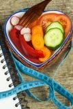 Behandeling van zwaarlijvigheid Dieet op een houten lijst Healthy Vegetables Stock Afbeeldingen