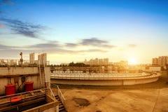 Behandelings van afvalwaterinstallatie stock foto's