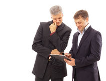 Behandeln mit zwei Geschäftsmännern Stockbild
