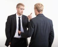 Behandeln mit zwei Geschäftsmännern lizenzfreies stockfoto