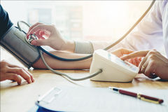 Behandeln Sie Blutdruck-Frauenpatienten Measuring arteriellen auf Arm er Lizenzfreie Stockfotos