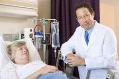 Behandeln Sie Checking Up On Patient im Krankenhaus Lizenzfreie Stockfotografie