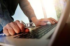 Behandeln Sie das Arbeiten am Arbeitsplatz mit Laptop-Computer in der medizinischen Arbeit Lizenzfreie Stockbilder