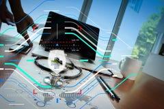 Behandeln Sie das Arbeiten mit digitaler Tablette und Laptop-Computer im medica Stockfotografie