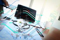 Behandeln Sie das Arbeiten mit Laptop-Computer im medizinischen Arbeitsplatzbüro Stockbild