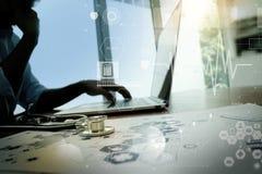 Behandeln Sie das Arbeiten mit Laptop-Computer im medizinischen Arbeitsplatzbüro Lizenzfreie Stockbilder
