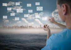 Behandeln Sie das Berühren der digital erzeugten E-Mail-Ikone auf virtuellem Schirm Lizenzfreie Stockbilder