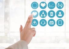 Behandeln Sie das Berühren von digital erzeugten medizinischen Ikonen gegen weißen Hintergrund Lizenzfreie Stockfotografie