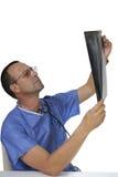 Behandeln Sie das Betrachten des Röntgenstrahls auf einem weißen Hintergrund Lizenzfreie Stockfotos