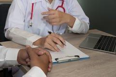 Behandeln Sie das Erklären Patienten über Diagnose am Krankenhaus arznei stockbild