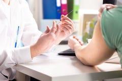Behandeln Sie das Geben des geduldigen Impfstoff-, Grippe- oder Grippeschusses lizenzfreie stockbilder
