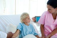 Behandeln Sie das Geben einem kleinen weiblichen Patienten des Impfstoffs lizenzfreie stockfotos