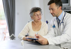 Behandeln Sie das Geben einer älteren Frau einer medizinischen Verordnung Lizenzfreies Stockfoto