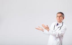 Behandeln Sie das Hören zum leeren Exemplarplatz mit Stethoskop Stockbilder