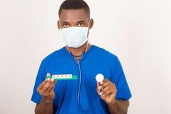 Behandeln Sie das Halten des Stethoskops und des Schildes mit der Gesundheitsaufschrift, die auf hellem Hintergrund lokalisiert w lizenzfreie stockbilder