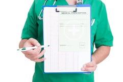Behandeln Sie das Halten eines Klemmbrettes mit ekg und medizinischer Verordnung Lizenzfreie Stockfotos