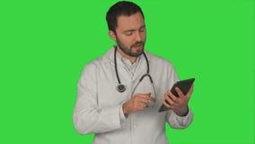 Behandeln Sie das Halten seines Tabletten-PC und das Betrachten der Kamera stock video
