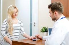 Behandeln Sie das Messen des Blutzuckers für Diabetespatienten lizenzfreies stockfoto