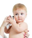 Behandeln Sie das messende Temperatur-Baby, das auf weißem backgro getrennt wird Stockbild