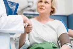 Behandeln Sie das Rütteln von den Händen des Patienten wieder herstellend nach Operation Lizenzfreie Stockbilder