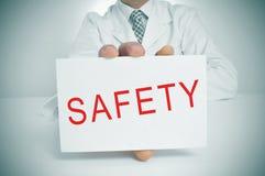 Behandeln Sie das Zeigen eines Schildes mit der Wortsicherheit Lizenzfreie Stockfotografie
