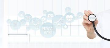 Behandeln Sie das Zeigen eines Stethoskops in den Händen mit medizinischen Ikonen Lizenzfreie Stockfotos