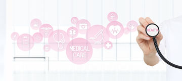 Behandeln Sie das Zeigen eines Stethoskops in den Händen mit medizinischen rosa Ikonen Lizenzfreies Stockbild