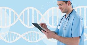 Behandeln Sie den Mann, der eine Tablette mit DNA-Strang 3D verwendet Lizenzfreies Stockfoto