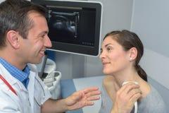 Behandeln Sie die Ausführung des Ultraschalls auf geduldigem ` s Hals stockfotografie