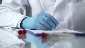 Behandeln Sie die füllende geduldige Karte und Symptome schreiben, epidemische Viruslaborbehandlung stockfoto