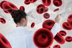 Behandeln Sie die Frau, die auf DNA-Strang 3D und Zellen einwirkt Lizenzfreies Stockfoto